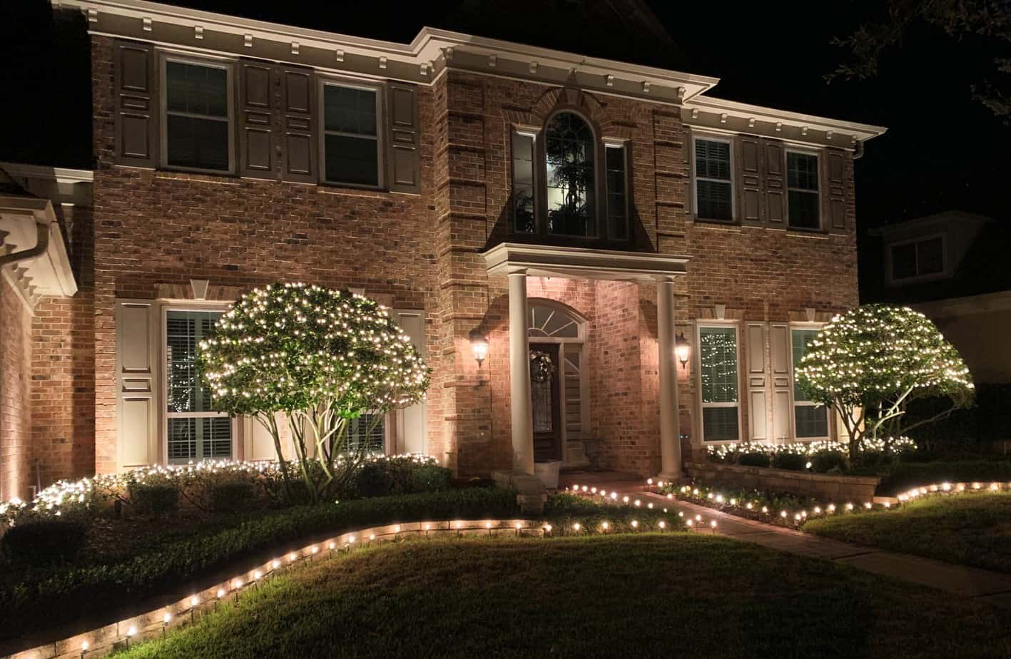 Path lighting around the perimeter and from of a home by Houston Lightscapes